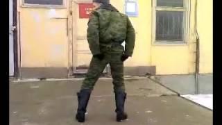 солдат танцует супер танец (прикол)