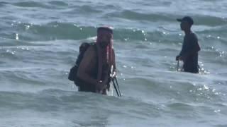 תיעוד של מחבל פלסטיני שפושט מהים על חופי תל אביב