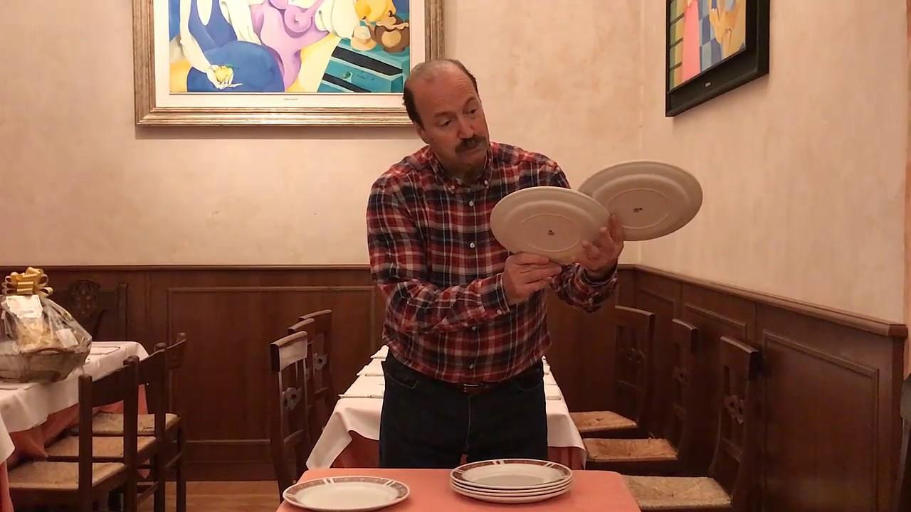Come Portare I Piatti Cameriere.Come Portare 7 Piatti Cameriere Youtube