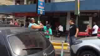 Homem ENDEMONIADO briga em meio ao trânsito