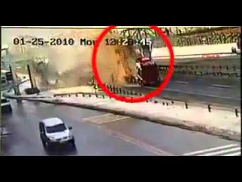 Tai nạn kinh hoàng giữa xe ben và cầu vượt