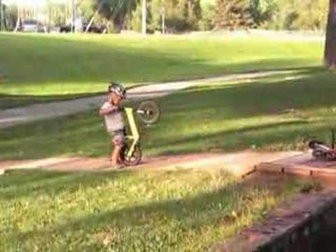 coude et genouillères Rouge Strider 12 CLASSIC vélo équilibre pour enfants