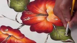 Um lindo hibisco pintado em tecido