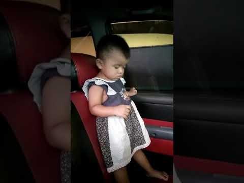 Bayi lucu tidur sambil dengarin lagu syaqira