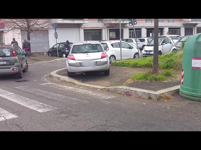 Menefreghista italiano va al Bar e parcheggia sul marciapiede bloccando il passaggio!!!