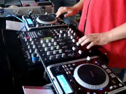 dj rubercy, mezclando en el dia internacional del dj, residente de la casa de los Dj`s xtrema 101.3(Guatemala)1
