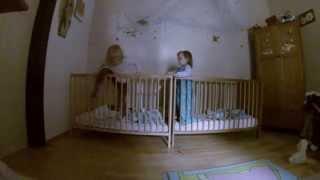 Cкрытая камера в спальне близнецов!