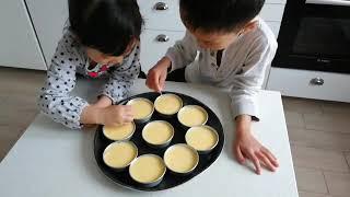 Hai anh em phụ Mẹ làm bánh flan