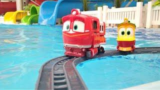 Robot Trenler havuz başında demiryolunu kuruyorlar. Robot Trenler oyunu.