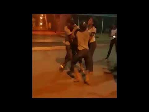 Estudantes agridem colega com socos e pontapés na saída da escola