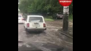 На улице Кесаева во Владикавказе «семерка» провалилась в люк, 8.06.2017