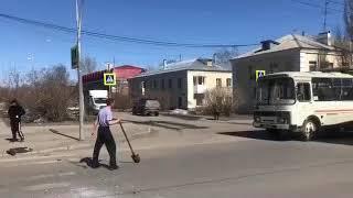 Мужчина с лопатой мешал проезду общественного транспорта.