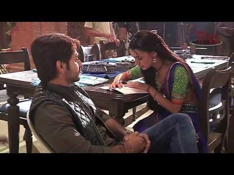Sanaya reads funny Hindi - Behind the...
