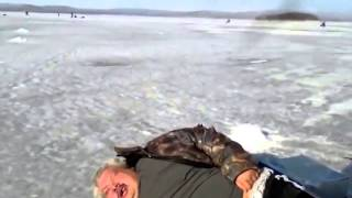 ★ Приколы на рыбалке! Пьяный рыбак спит на льду. Зимняя рыбалка. Ржач!