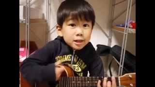 Bé trai chơi guitar bài I'm your yêu quá