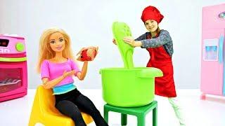 Волшебный шкаф - Барби готовит пирог - Мультики для девочек