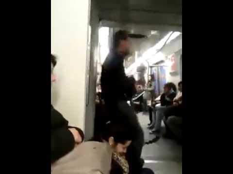 Mann dreht in der U-Bahn durch