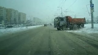 Грузовики устроили феерический дрифт на зимней дороге