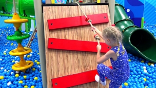 Милана играет в продавца Веселое приключения  игрушечные Мороженое и гамбургеры в детском центре