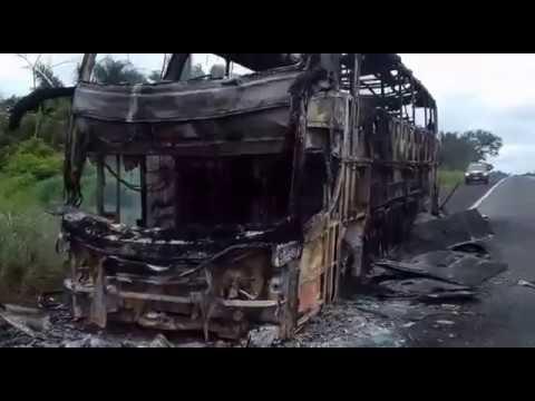 VÍDEO: ônibus pega fogo na BR 316 em Codó