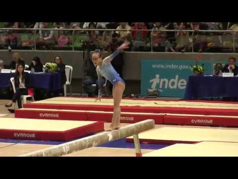 Американская гимнастка выполняя трюк приземлилась на макушку