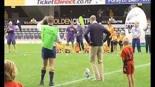 Duques de Cambridge juegan rugby con niños