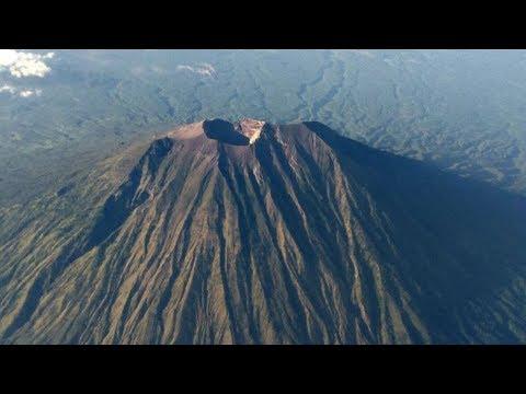 Begini Penampakan Gunung Agung Dari Google Earth dan Saat Pesawat Melintas