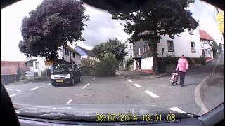 Dicker Ast stürzt auf Straße: Auto entgeht schwerem Unfall knapp