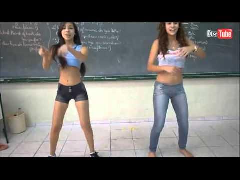 Novinha dançando funk na sala