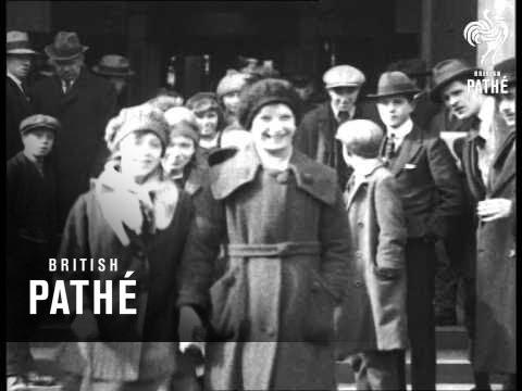 School Children Leave Australia House (1920-1929)