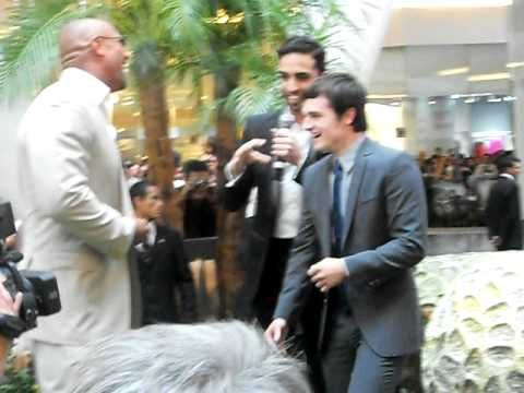 "Dwayne johnson ""the rock"" y josh hutcherson en la premiere de Viaje 2 en México"