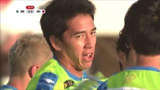 PA内でクロスボールを収めた菊地 俊介(湘南)が自ら強烈なシュートを突...