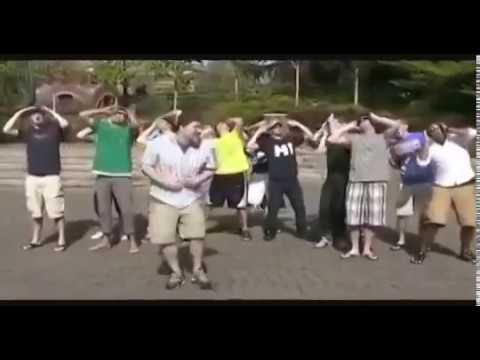 клип парни поют