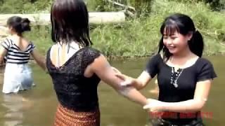 Ngintip Cewek-cewek Cantik Mandi Di Sungai Yang Airnya Jernih Part 4