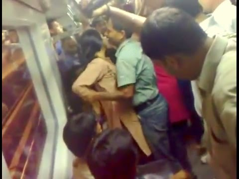 Girl fighting with men in Delhi Metro