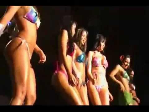 chicas bailando moviendo el culo espectáculo