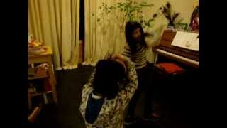 Sara y Sofia dan una demostracion de capoeira......