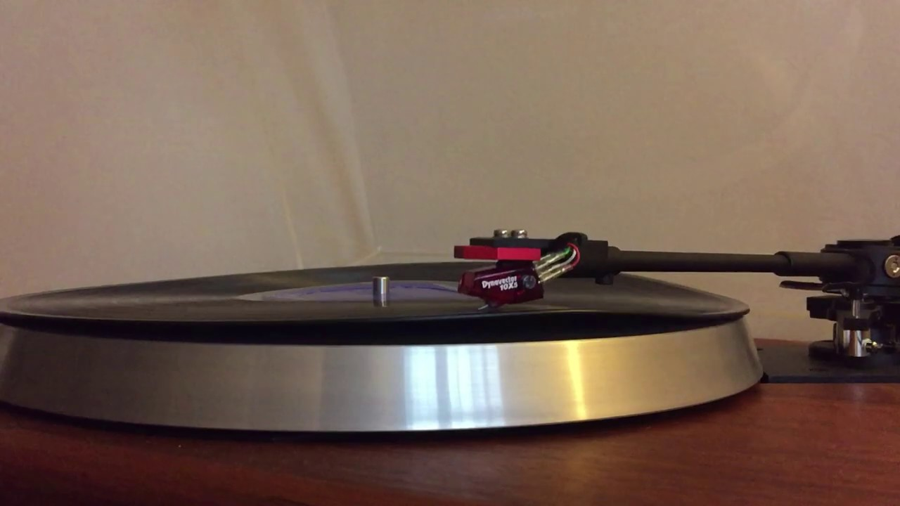 AR Turntable with Jelco ST-250 tone arm playing badly warped LP