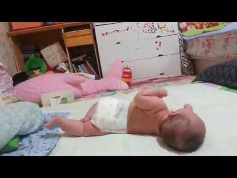 Малыш в 3,5 месяца переворачивается со спины на живот и с живота на спину