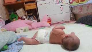 видео Почему ребенок плачет и выгибает спину