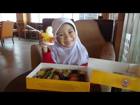 Nyobain Donat Mini J-Co dan Ice Cream Dengan Topping Berbagai Rasa