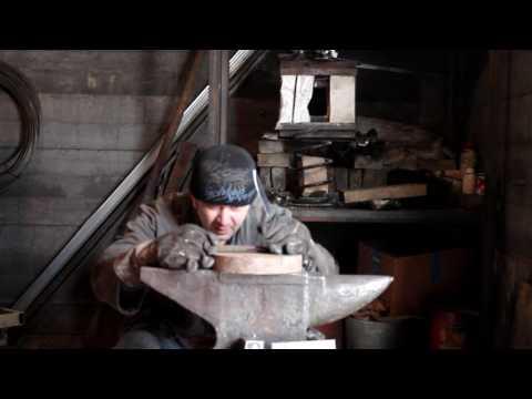 Рубка клинком из дамаска железнодорожного костыля