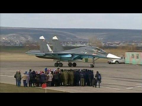 Siria: iniziato ritiro russo, abbracci e medaglie ai piloti di ritorno