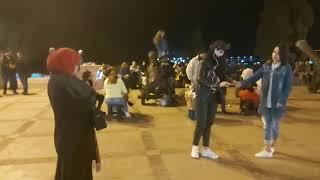 مباشرة من طنجة: شوفو الأجواء كيف دايرا بساحة سور المعكازين ساعات قبل نهاية سنة 2019