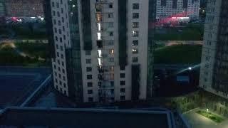 Арбан строит Лайнер дом  (Liner) ночью в жилом комплексе SkySeven