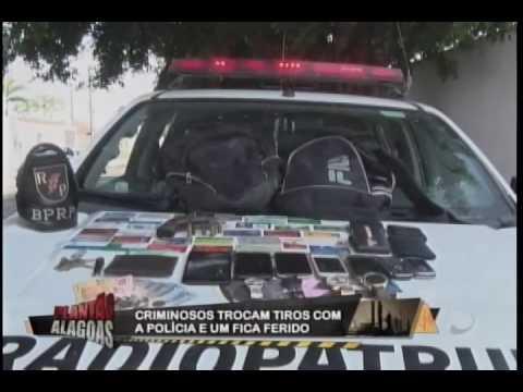 Bandidos trocam tiros com a polícia e u dos criminosos acaba ferido.