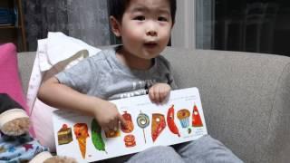 2歳の子どもが保育園で覚えた「はらぺこあおむし」を歌ってくれました.
