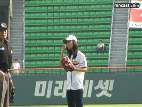 Yuri & Sooyoung (SNSD) First Pitch : Behind 1 , Doosan vs Kia Aug15.2007 GIRLS' GENERATION 720p HD