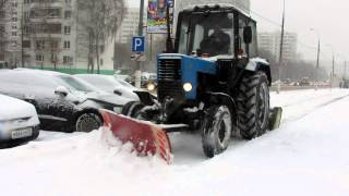 Трактор чистит тротуар. The tractor cleans the sidewalk.(Трактор чистит тротуар около музея Коломенское (Улица Новинки) Москва, снегопад, ноябрь 2012 Все ролики сняты..., 2012-11-29T09:09:56.000Z)