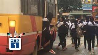 """Hà Tĩnh: Hãi hùng xe 60 chỗ """"nhồi"""" hơn 100 học sinh"""
